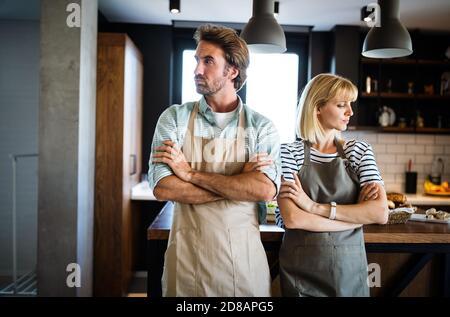 Malheureux couple having argument et lutte dans la cuisine qui mène au divorce