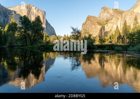 el capitan et bridal veil tombe dans la rivière merced lors d'une soirée d'automne dans le parc national de yosemite en californie, etats-unis