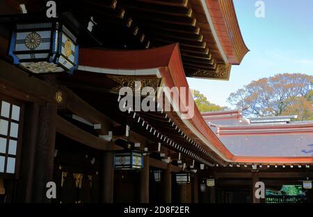 Détails de l'architecture du long pavillon autour de la cour principale De Meiji Jingu (Temple Meiji).Shibuya.Tokyo.Japon