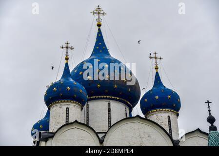 La cathédrale de la Nativité de la Vierge Marie bénie et les chambres de l'évêque du Kremlin de Suzdal. Suzdal, région de Vladimir, Russie. Dômes bleus