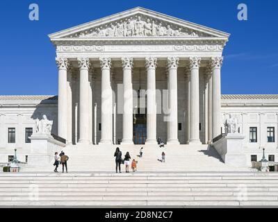 Cour suprême des États-Unis sur une journée de printemps ensoleillée à Washington DC. Actuellement desservie par neuf juges nommés à vie.