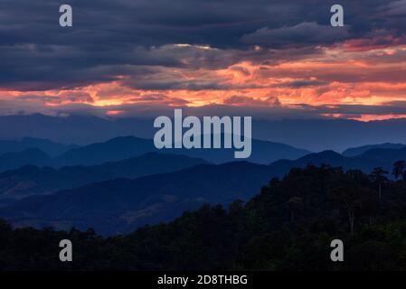 Coucher du soleil dans le majestueux paysage de montagnes. Ciel dramatique.