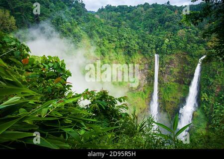 Paysages TAD Fane cascades dans la brume matinale, cascade jumeau magique en saison de pluie, attractions touristiques dans le sud du Laos.