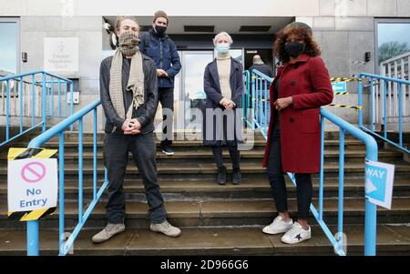 Extinction les militants de la rébellion (de gauche à droite) Ryan Simmons, Roger Hallam, Holly Brentnall et Valerie Brown arrivent au tribunal de justice de Croydon accusé de dommages criminels à des bâtiments appartenant à Greenpeace, Amnesty International, Christian Aid et Printworks en juillet de cette année.
