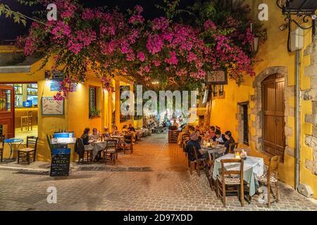 Gasse mit Restaurant in der Altstadt am Abend, Chania, Kreta, Griechenland, Europa   allée de la vieille ville et restaurant de nuit, Chania, Crète, Grèce,