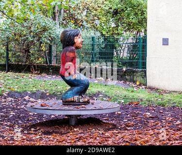 Homme en bois sur le joyeux aller dans le jardin de la maternelle ville école maternelle à Kleine Auguststraße 10-12,Mitte,Berlin.