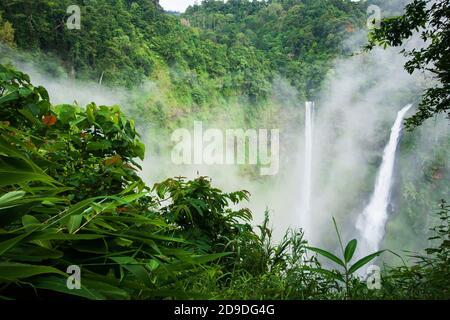 Paysages TAD Fane cascades dans la brume matinale, deux chutes d'eau magiques en saison de pluie, attractions touristiques dans le sud du Laos.