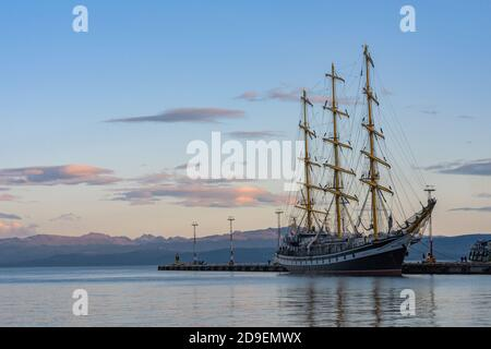 Grand navire russe Pallada dans le port d'Ushuaia, Argentine
