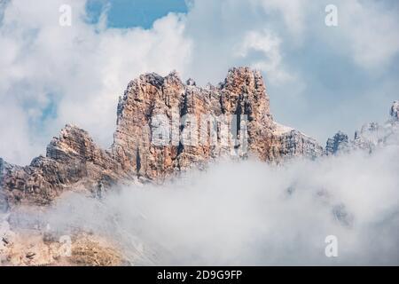 Les pics disparaissent dans les nuages dans les dolomites