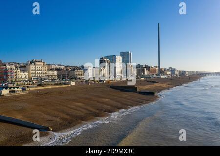 Brighton front de mer vue aérienne le long de la côte historique de ce complexe de la côte sud, avec le soleil levant sur une mer calme.