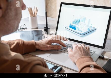 homme d'affaires analysant des statistiques sur l'écran d'ordinateur portable, travaillant avec des graphiques financiers graphiques en ligne, en utilisant des logiciels d'affaires pour l'analyse de données et de projet