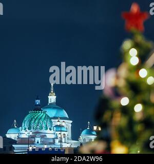 Vue sur le palais agricole et le monastère Kazan Bogoroditski. Au premier plan — un arbre de Noël en flou. Kazan, Tatarstan — 01.08.2020