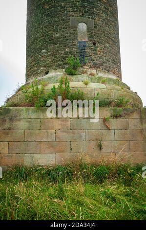 L'immense plinthe en pierre ashlar de la colonne de Keppel, une vieille folie dans le style d'une colonne grecque à Scholes, près de Rotherham, Royaume-Uni. Banque D'Images