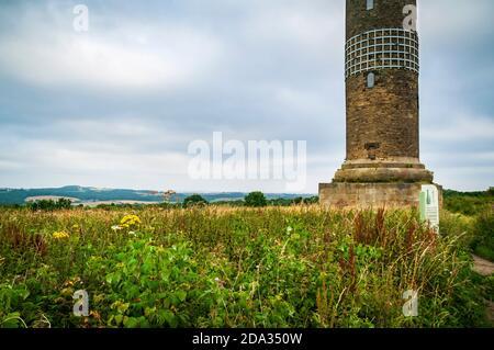 Vue sur Elsecar et le domaine Wentworth depuis la colonne de Keppel, une vieille folie dans le style d'une colonne grecque à Scholes, près de Rotherham, Royaume-Uni. Banque D'Images