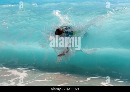 Profitez de l'été et amusez-vous avec les grandes vagues Une plage idyllique à Mediteranean Banque D'Images