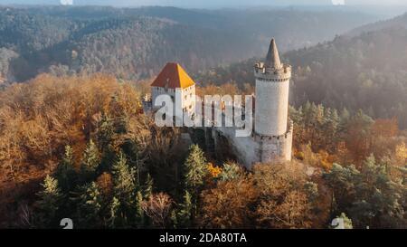 Vue aérienne sur l'automne du château de Kokorin construit en pierre 14ème siècle.il se trouve au milieu de la réserve naturelle sur Un éperon rocheux escarpé au-dessus du Kokorin