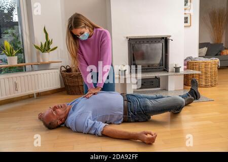 Premiers soins dans des conditions de corona, réanimation, réanimation, massage de pression cardiaque avec masque de bouche et de nez, pour les premiers aidres, symboli