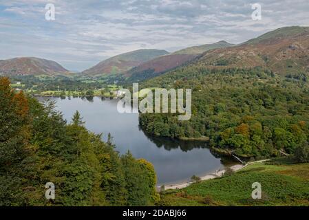 Vue sur le lac Grasmere depuis Loughrigg Terrace est tombé en automne Cumbria Angleterre Royaume-Uni GB Grande-Bretagne