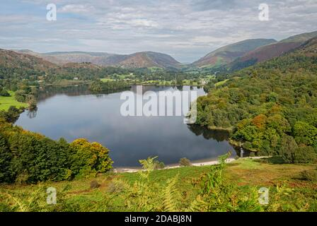 Vue sur le lac Grasmere vers Helm Crag depuis Loughrigg Terrace Est tombé en automne Cumbria Angleterre Royaume-Uni GB Grande Grande-Bretagne