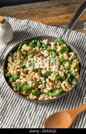 Macaroni maison saine et fromage aux petits pois et aux épinards et au basilic