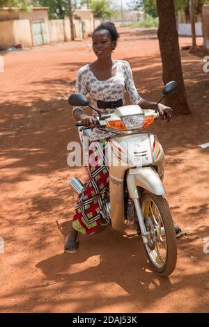 Selingue, Mali, le 25 avril 2015; sœur aînée d'Aissate Sagara sur sa moto. Banque D'Images