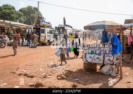 Selingue, Mali, le 25 avril 2015; vie dans la rue dans la zone du marché le jour du marché. Banque D'Images