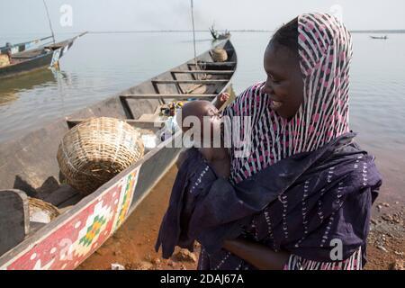 Selingue, Mali, 25 avril 2015; Aissata Koita avec sa petite fille, qui a un mois et qui n'a pas encore été nommée. Elle fait partie d'une famille Bozo, qui vit et voyage généralement sur la rivière. Banque D'Images
