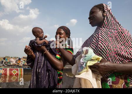 Selingue, Mali, 25 avril 2015; Aissata Koita avec sa petite fille, qui a un mois et qui n'a pas encore été nommée. Elle fait partie d'une famille Bozo, qui voyage généralement sur la rivière. Banque D'Images
