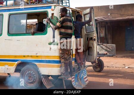Selingue, Mali, le 25 avril 2015; UN bus chargé quittant la ville. Banque D'Images