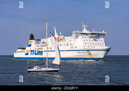 Le ferry « Robin des Bois » et un bateau à voile avant d'entrer Le port de Swinoujscie sur la côte Baltique polonaise