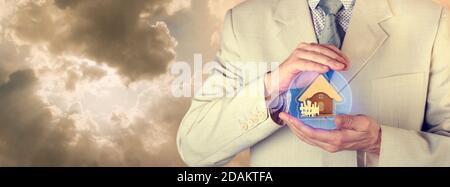 Concept d'assurance. Assurance immobilière. Un agent d'assurance tient une sphère de protection avec une photo d'une maison