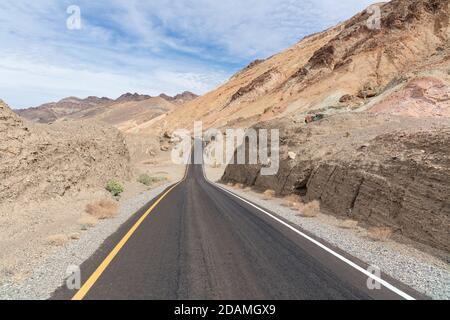 Longue route à travers le désert dans le parc national de la Vallée de la mort, Californie, États-Unis.