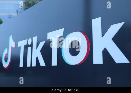 Washington, États-Unis. 14 novembre 2020. Photo prise le 21 août 2020 montre un logo du bureau de TikTok à Los Angeles à Culver City, dans le comté de Los Angeles, aux États-Unis. L'application populaire de partage de vidéos TikTok a été accordée par le gouvernement des États-Unis une prolongation de 15 jours pour conclure un accord avec les acheteurs américains, a montré vendredi un dépôt de cour fédérale. Cela signifie que la date limite pour ByteDance, la société mère chinoise de TikTok, pour conclure un accord avec Oracle et Walmart a été reportée du 12 novembre au 27 novembre, selon le tribunal de district des États-Unis pour le District de Columbia. Credit: Xinhua/Alay Live News Banque D'Images