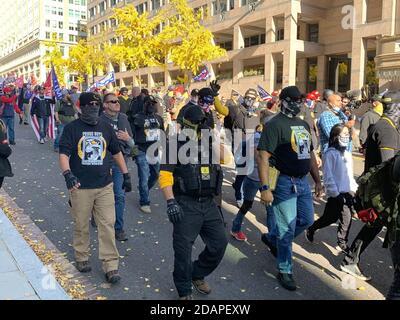 Washington, DC, États-Unis. 14 novembre 2020. Les partisans du groupe de droite « les fiers garçons » défilent dans une manifestation sous la devise « Make America Great Again » (MARA) pour soutenir le président américain Trump. Crédit : CAN Merey/dpa/Alay Live News Banque D'Images