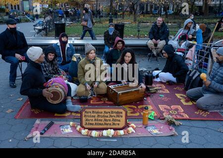 NEW YORK, NY - 14 NOVEMBRE : les membres de Hare Krishna chantent au Washington Square Park dans le cadre d'une pandémie du coronavirus (Covid-19) alors que la vie quotidienne se poursuit le 14 novembre 2020 à New York. Crédit : Ron Adar/Alay Live News