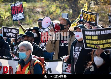 Manhattan, États-Unis. 14 novembre 2020. Les manifestants marchent contre les émeutes et les violences du NYPD dans Central Park à Manhattan, New York. Credit: Micah Casella/Alamy Live News. Banque D'Images