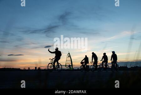 Berlin, Allemagne. 15 novembre 2020. En fin d'après-midi, les visiteurs se rendent sur la Feld de Tempelhofer à quelques températures douces. Credit: Bernd von Jutrczenka/dpa/Alamy Live News