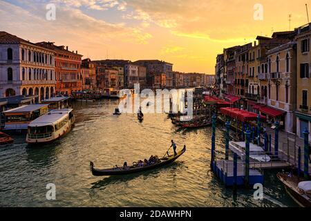 Venise, Vénétie, Italie, Europe - octobre 16 2020 : télécabine sur le Grand Canal, pont du Rialto, Venise, Italie, UNESCO Banque D'Images