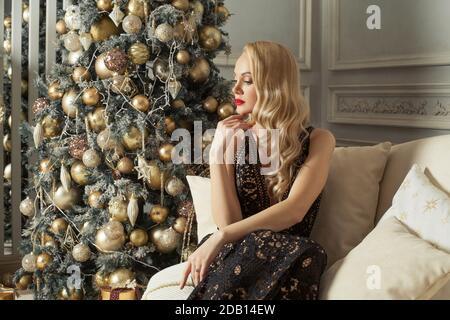 Noël femme beau modèle de mode de repos à la maison près de Noël arbre