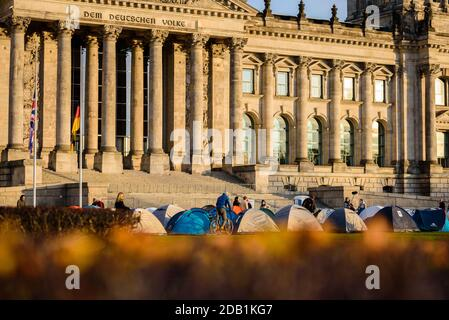 """Berlin, Berlin, Allemagne. 15 novembre 2020. Des tentes sont placées devant le bâtiment allemand du Reichstag lors d'une """"démonstration de tentes"""" contre le """"Nouveau pacte sur la migration et l'asile"""" présenté par la Commission européenne. Plus de 30 mouvements et organisations de plusieurs pays européens appellent à des manifestations les 15 et 16 novembre et exigent la fermeture de tous les camps de réfugiés sur les îles de la mer Égée, La fin des actions illégales aux frontières extérieures de l'Union européenne et des procédures d'asile équitables pour toute personne sans taux de protection moyen. Crédit : Jan Scheunert/ZUMA Wire/Alay Live News"""