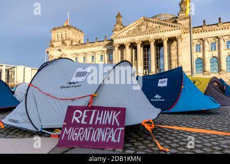 Berlin, Berlin, Allemagne. 15 novembre 2020. Une bannière intitulée « repenser le pacte de migration » peut être vue comme des tentes sont placées devant le bâtiment allemand du Reichstag lors d'une « démonstration de tente » contre le « Nouveau pacte sur les migrations et l'asile » présenté par la Commission européenne. Plus de 30 mouvements et organisations de plusieurs pays européens appellent à des manifestations les 15 et 16 novembre et exigent la fermeture de tous les camps de réfugiés sur les îles de la mer Égée, La fin des actions illégales aux frontières extérieures de l'Union européenne et des procédures d'asile équitables pour toute personne sans protection moyenne