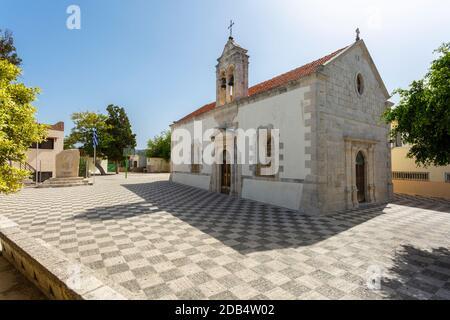 Église orthodoxe de l'est et cour près de la plage de Kamari à Gerani, municipalité de Rethymno, Crète, Grèce