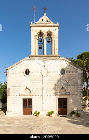 Vue extérieure d'une église grecque orthodoxe dans le village de Kefalas, commune de Vamos, Crète, Grèce
