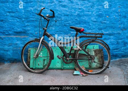Vieux vélo au mur de la maison bleue dans les rues de Jodhpur, également connu comme ville bleue en raison des maisons de Brahmin peintes en bleu vif, Jodhpur, Rajasth
