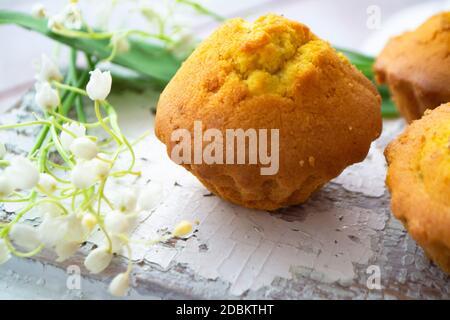 Petits gâteaux. Cuisson maison. Muffins avec raisins secs sur fond de sorbde, printemps