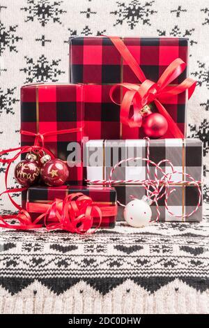 Verpackte Geschenke zu Weihnachten mit Packpaper im Karomuster