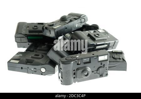 Divers, poussiéreux, les caméras jetables. C'est une collection d'objets d'une autre marque, sur fond blanc. Ces produits a travaillé avec 35 mm