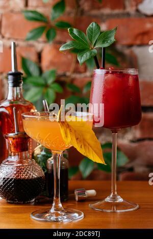 cocktails d'automne sur fond de mur de briques