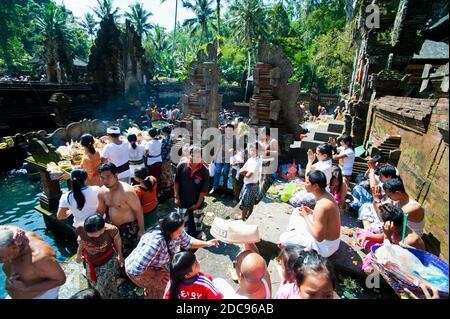 Les Balinais prient au temple de Pura Tirta Empul, Bali, Indonésie, Asie du Sud-est, Asie, Asie