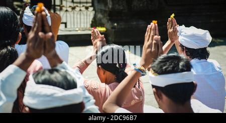 Les hindous priant au temple hindou de Pura Tirta Empul, Bali, Indonésie, Asie du Sud-est, Asie, Asie